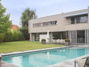 Deze moderne villa op 1315m² werd gebouwd in het jaar 2003. Sindsdien werd de villa tot in de puntjes onderhouden.  De strakke buitenarchitectu