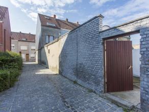 Deze woning omvat een gezellige stadstuin en 3 slaapkamers nabij het hartje van Kortrijk. Op wandelafstand vindt u tal van winkels, scholen en openbaa