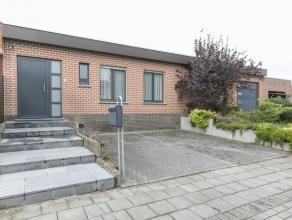 Verzorgd en volledig gelijkvloers huis met garage en tuin op een rustige ligging te Kortrijk. Deze eigendom geniet een groene omgeving en is gelegen n