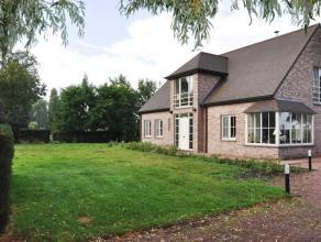 Landelijk gelegen villa met 4 slaapkamers, tuin en dubbele garage.  INDELING: Glvl. Inkomhall (9,5m²) met gastentoilet - woonkamer (40m²)