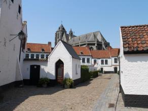 Deze prachtig gerenoveerde begijnhofwoning bevindt zich in het pittoreske Begijnhof in het hartje van Kortrijk. Gezellig en rustig wonen in het centru