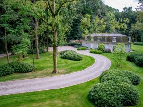 Deze exclusieve villa die recent werd gerenoveerd is gelegen in een rustige, groen omgeving en geniet een maximale privacy. Prachtig aangelegde tuin m