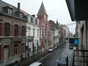 Dit ruime, prachtige appartement in hartje Roeselare boven de winkel van Nathan beschikt over een zee van ruimte.  Het appartement is gelegen op het