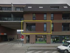 Het goed gelegen nieuwbouwappartement omvat:<br /> <br /> - living met balkon en open keuken (oven - spoelbak - ingemaakte kasten elektrisch fornuis +
