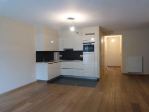 Dit appartement is gelegen in een oplevende omgeving met perfecte aansluiting op de E17 en E40. Ook het centrum van Gent is zeer vlot bereikbaar door