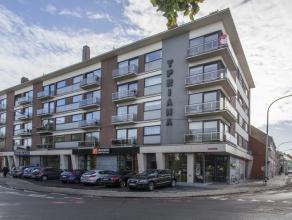Op te frissen hoekappartement (ca. 95m²) op de vierde verdieping in residentie Ypriana.  INDELING:  * 4°V: inkom - woonkamer (ca. 33m&sup