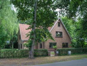 """In de prachtige omgeving van """"De Linde"""" bevindt zich deze villa op een domein van 1.004m². Omgeven door een oase van rust en voorzien van 7 slaap"""
