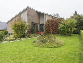 Deze ruime multifunctionele villa (bj. 1969) met zuid-georiënteerde tuin staat op een perceel van 1.086 m² en ligt op slechts 5 km van Ieper