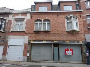 Handelseigendom met woonst en garages gelegen nabij de grote markt  en het centrum van Dendermonde.    Het gelijkvloers omvat een handelsruimte met vi