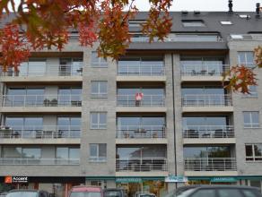 Ruim appartement te huur vlakbij het centrum van Roeselare!  Inkom met vestiaire - ruime living met open keuken (4 kookplaten, dampkap, oven, microg