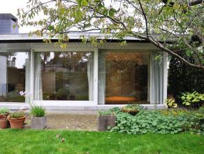 Alleenstaande woning met vier slaapkamers, ruime leefruimte, garage en omarmd door tuin met vijver. Ideaal gelegen vlakbij invalswegen, scholen en win