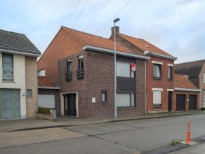 Charmante woning (op te frissen) met 3 slaapkamers, tuin en garage. De woning is gelegen op een boogscheut van het centrum van Roeselare.  INDELING  *
