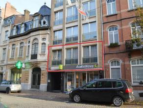 Ruim appartement met 2 slaapkamers en groot dakterras gelegen pal in het centrum van Ieper! Het appartement bestaat uit:<br /> <br /> V+1: Inkom met i