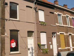 Gezellige, volledig gerenoveerde woning nabij het centrum van Roeselare. <br /> <br /> De woning omvat:<br /> GELIJKVLOERS: volledig ingerichte keu