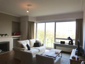 Dit gemeubeld appartement situeert zich in de Gustaaf Callierlaan te Gent. Via de leefruimte heeft men een mooi uitzicht op het verlengde van het Wood