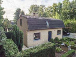 Deze instapklare woning op 337m²  is gelegen in een bosrijke omgeving en beschikt over 2 slaapkamers en een carport voor 2 wagens. De woning bevi