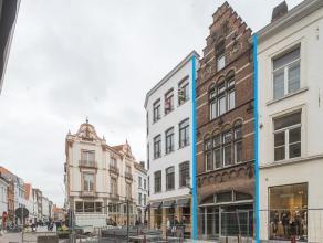 Handelsgelijkvloers met bovenliggend privé-appartement op een zeer goeie commerciële ligging in het centrum van Brugge.<br /> <br /> Indel