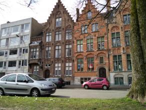 Volledig gerenoveerd kantoor gelegen langs Brugge's rustige Filips de Goedelaan.<br /> <br /> Indeling:<br /> Gelijkvloers (84m²): <br /> - Inkom