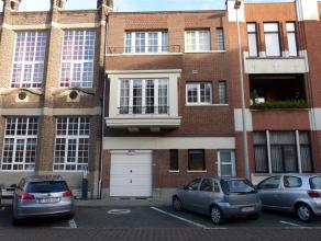 Gezellig appartement in centrum gemeente. Privé nkomhall op gelijkvloers, living, inger. keuken, 1 slaapkamer, badkamer met ligbad, balkon. Gee