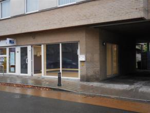 Het kantoor/handelspand ligt in een commerciële straat in het centrum van Drongen vlakbij AD Delhaize, VDK spaarbank, Bpost,... <br /> <br /> Het