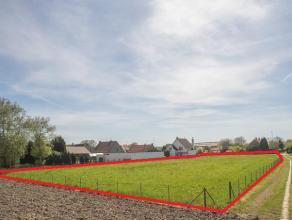 In het mooie Petegem vinden we dit ruime perceel bouwgrond van 3596m².<br /> <br /> U geniet er van een open zicht op de achterliggende velden en