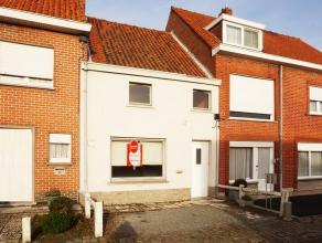 Deze rijwoning is gelegen vlakbij centrum Waregem. De woning bevat 2 ruime slaapkamers, een leefruimte en een keuken met aparte eetplaats.<br /> <br /