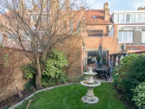 Deze ruime instapklare woning met zonnige tuin is rustig doch zeer centraal gelegen waardoor men zich op slechts enkele wandelpassen van het openbaar