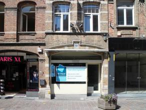 Goed gelegen handelswoning<br /> <br /> INDELING<br /> Recent gerenoveerde winkel (53 m²)<br /> Integraal onderkelderd (38 m²)<br /> 2e verd