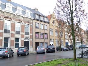 Dit vernieuwd appartement is centraal gelegen te Ieper vlakbij scholen, openbaar vervoer en winkels. Lift en fietsenberging aanwezig. Het appartement