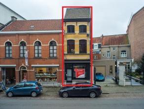 In het centrum van Oudenaarde bevindt zich een op te frissen woning met 3 verdiepingen.<br /> <br /> De woning heeft de volgende indeling:<br /> Gelij
