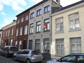 Smaakvolle rijwoning met 3 slaapkamers en gezellig zonnig koertje in het centrum van Brugge.<br /> <br /> INDELING:<br /> Glvl: inkom met toilet en ve