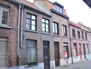 Rijwoning met 2 slaapkamers en terras.<br /> <br /> Indeling:<br /> Glkv: inkom - woonkamer (16m²) - keuken (7,5m²) met keramische kookplaat