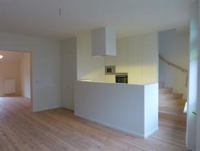 Op de bovenste verdieping van deze compleet gerenoveerde woning situeert zich dit appartement met dakterras. De ideale combinatie van een aangename le