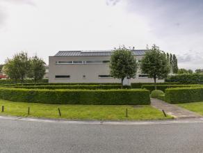 Deze hoogstaande en minimalistische villa is gelegen op een toplocatie en op een boogscheut van het centrum van Kortrijk! Het huis werd ingericht met