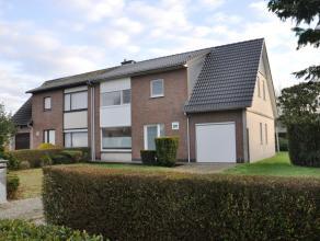Residentieel gelegen koppelwoning met 3 slaapkamers, garage en tuin.<br /> <br /> INDELING:<br /> Glvl.: Inkomhal (9m²) met gastentoilet - woonka