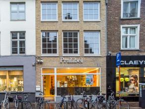 Volledig nieuw ingerichte winkel op een zeer commerciële ligging nabij 't Zand in het centrum van Brugge.<br /> <br /> Indeling:<br /> Handelspan