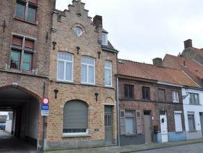 Met oog voor detail gerenoveerde gemeubelde woning met 3 slaapkamers, stadstuin met 2 terrassen en garage.<br /> INDELING:<br /> Glvl.: Inkomhal (6m&s