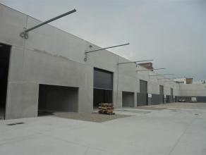Moderne nieuwbouwatelier (opslagruimte) van ca. 789m² met vrije hoogte van 5,5m.<br /> <br /> Specificaties:<br /> - 2 elektrische sectionale poo