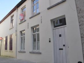 Prachtig gerenoveerde Brugse woning met 2 slaapkamers en terras. Dit pand werd met oog voor detail gerenoveerd en geniet van een centrale ligging nabi