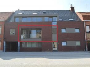 Modern 1-slaapkamerappartement op de eerste verdieping met ruime garage en terras! Dichtbij bakker, slager, apotheek,.. Volledig geschilderd en instap