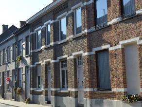 Gezellige stadswoning met koertje vlakbij het centrum van Roeselare!<br /> <br /> De woning omvat:<br /> woonkamer - eetkamer - keuken (gasfornuis, da
