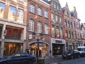 Dit gezellig appartement is gelegen in de Boterstraat te Ieper en beschikt over 3 slaapkamers en terras. Zeer mooie en aangename leefruimtes aanwezig.