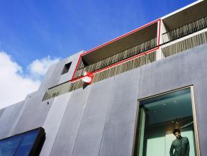 Dit appartement is gelegen in de K in Kortrijk. Het appartement beschikt over een ruim zonnig terras dankzij de zuidelijke oriëntatie.  Er werd g
