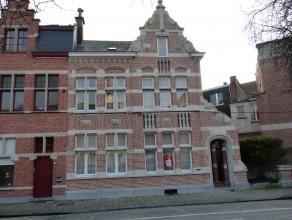 Perfect afgewerkte grote herenwoning met garage en koer in hartje stad met zicht op Dender. <br /> Gelijkvloers : Ruime inkomhall, living met parket,
