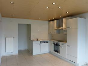 Dit lichtrijke appartement beschikt over een open keuken met de benodigde toestellen. De slaapkamer grenst aan de badkamer met douche. Het appartement