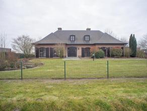 Karaktervolle en goed onderhouden villa met praktijk- of kantoormogelijkheden op een grondoppervlakte van 3.324 m², gelegen langs gewestweg Gent-