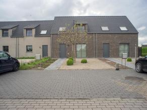 Deze gezellige instapklare woning (bouwjaar 2013) is opgetrokken op een perceel van +/- 220 m² en beschikt over een garage met uitweg en tuin.<br