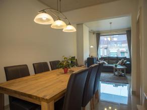 Deze gerenoveerde woning is opgetrokken op een perceel van +/- 212 m² en is gelegen nabij het centrum van Roeselare. De woning beschikt over een