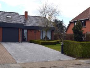 Verzorgde instapklare halfopen woning (bj.85) op 584 m² met 3 gelijkvloerse slaapkamers, garage en aangename tuin met stenen tuinhuis in een kind