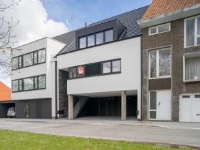 Het betreft een ruim en zeer lichtrijk duplex-appartement vlakbij het centrum van Roeselare! <br /> <br /> Het appartement omvat op het eerste verdiep